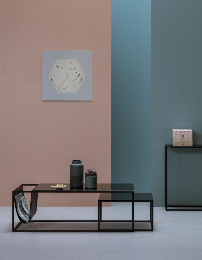 zestaw minimalistycznych stolikow z gazetnikiem
