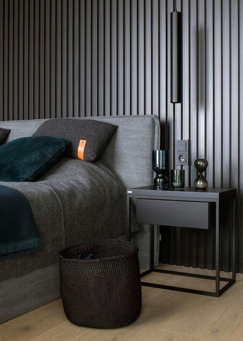 czarny elegancki stolik nocny z szufladka