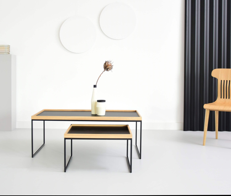 zestaw nowoczesnych stolikow z taca