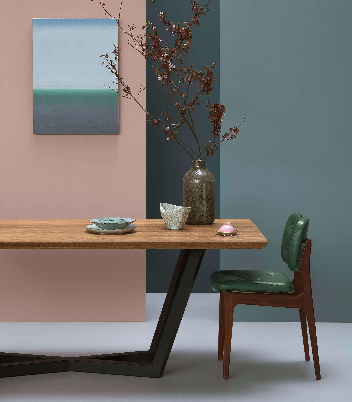 nowoczesny stol do salonu z debowym blatem