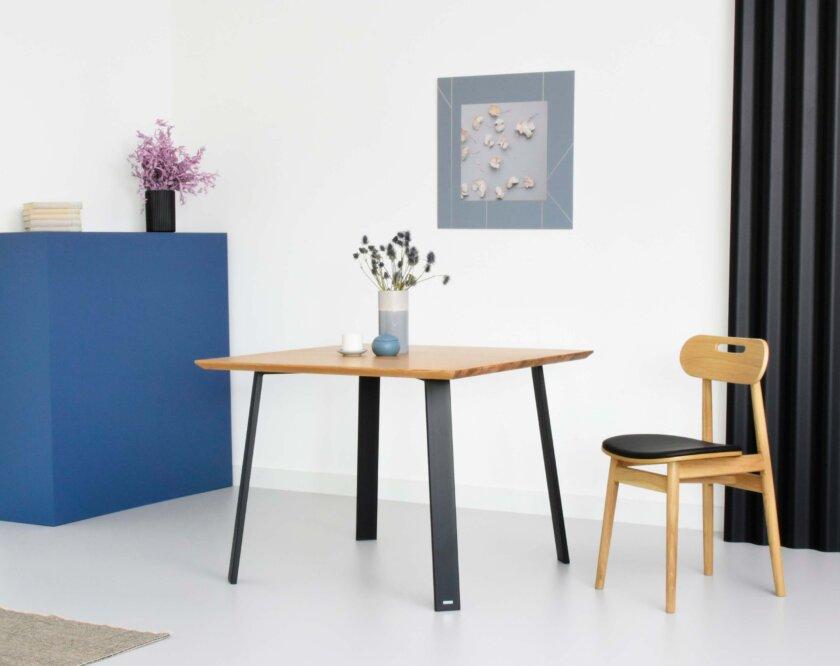 maly nowoczesny stol z blatem debowym