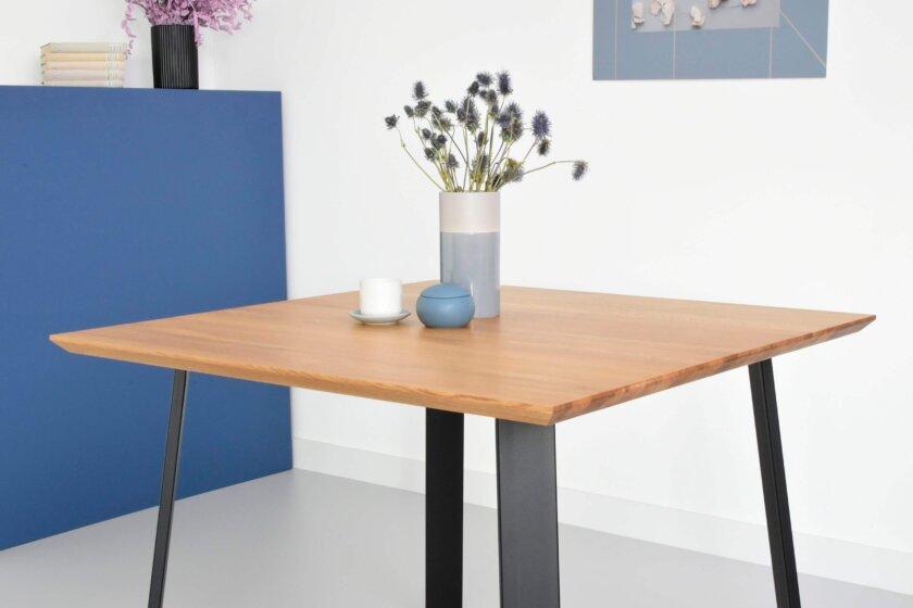 maly kwadratowy stol w stylu skandynawskim