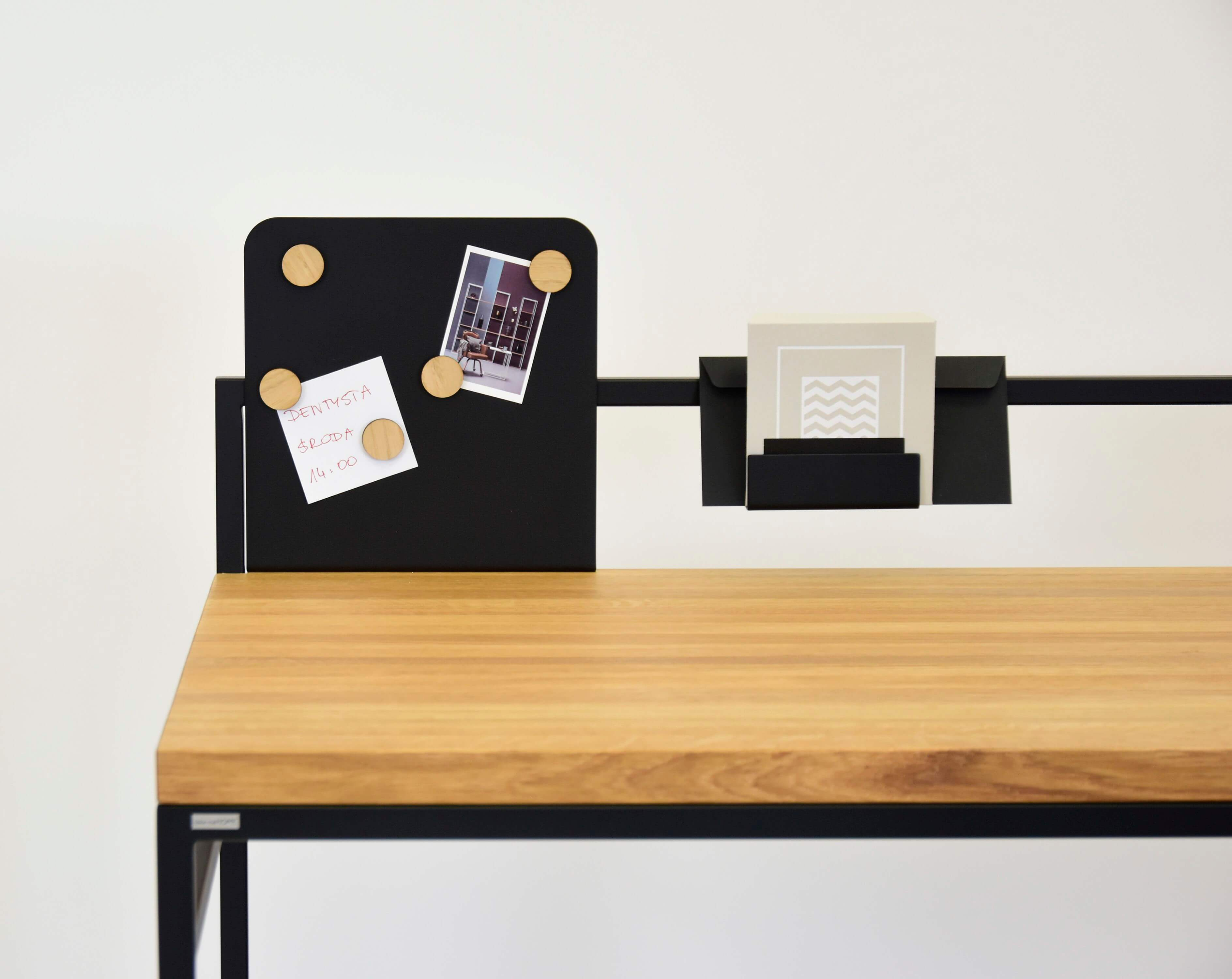 industrialne biurko z debowym blatem