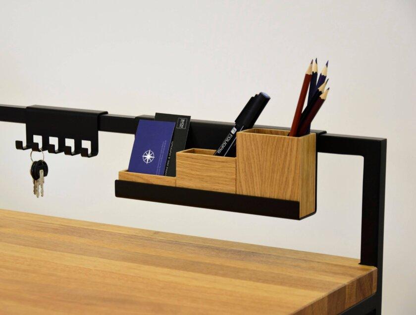 detal w biurku drewnianym stylowym