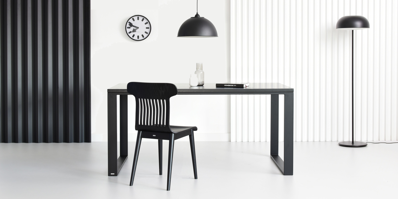 czarne minimalistyczne krzeslo drewniane