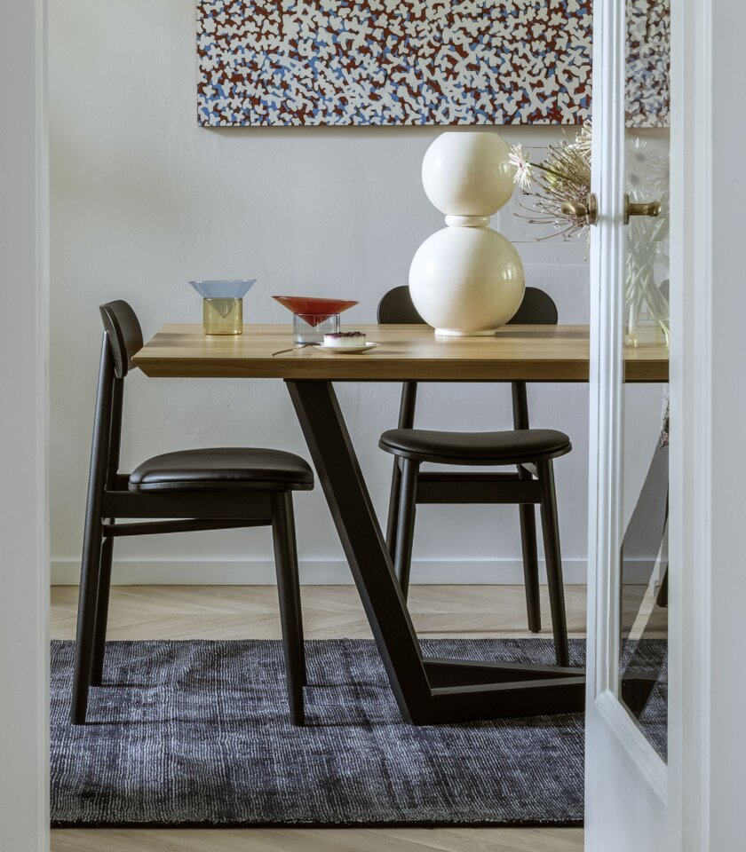 czarne miekkie krzeslo drewniane