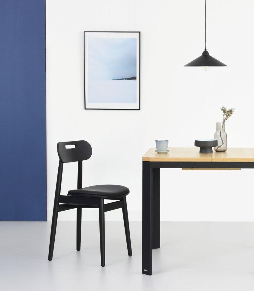 krzeslo czarne drewniane w stylu skandynawskim