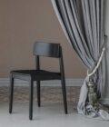 czarne drewniane krzeslo polski design