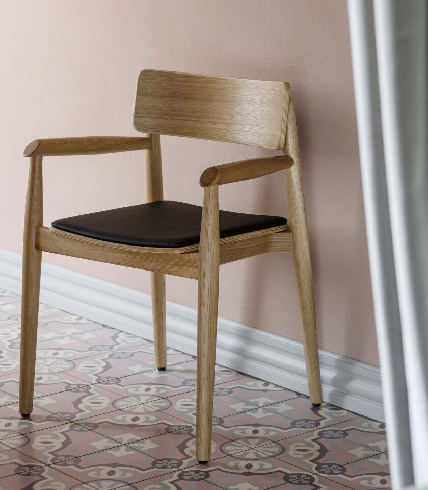 krzeslo debowe z podlokietnikami w stylu skandynawskim