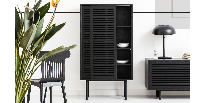 szafka wysoka czarna minimalistyczna z przesuwanymi drzwiami