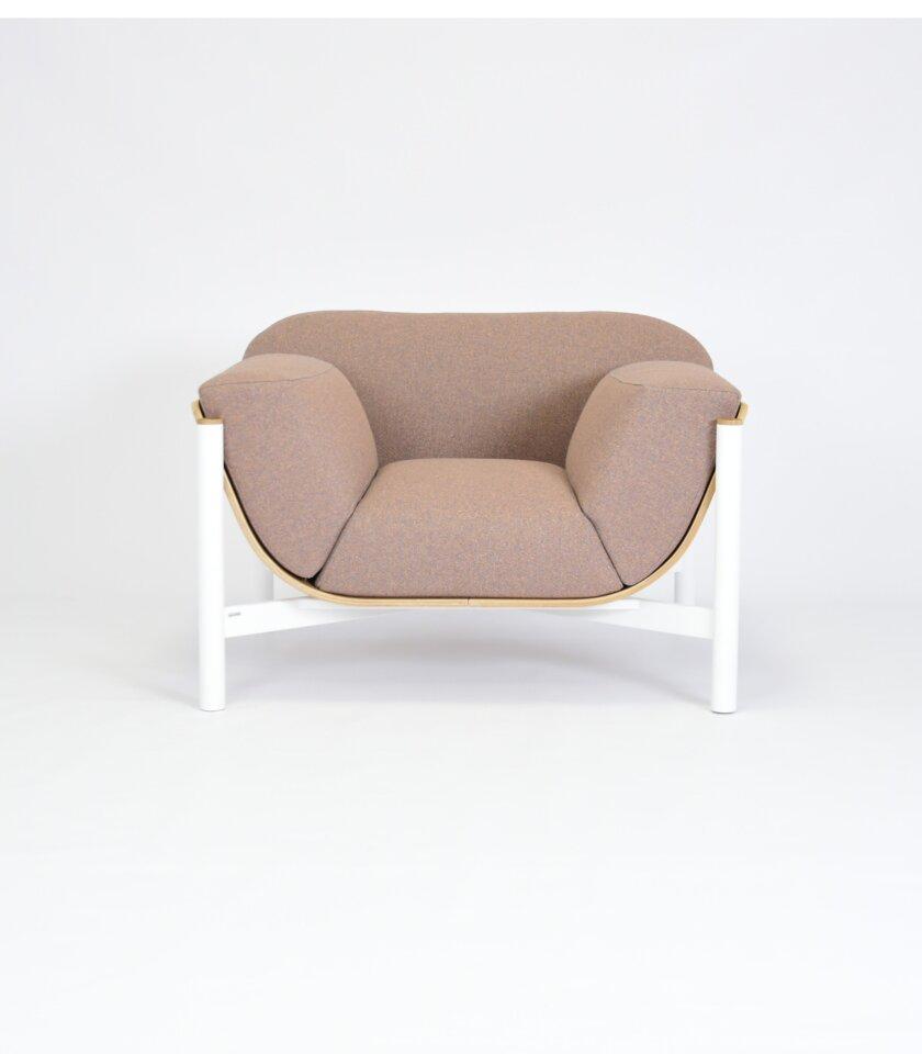 bialy fotel w stylu skandynawskim wygodny